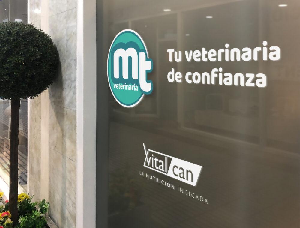 MT Veterinaria ploteado en vinilo de vidriera